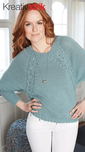 Gratis strikkeopskrifter: Strikket, oversize sweater med et rustikt look, strikket i en lækker blanding af merinould og bomuld. Modellen har snoninger, der snor sig i siden og fortsætter smukt med op langs raglansømmen
