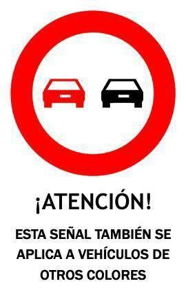 El circulo en solitario actuaria como una imagen convencional, pero al juntarla con la imagen de los dos coches se convierte en una imagen simbolica, simboliza una prohibición, en este caso la de prohibido adelantar.
