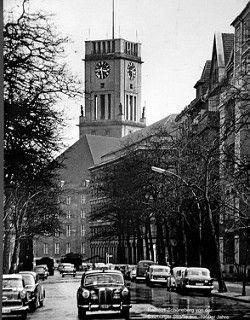 Berlin Schöneberg - historische Wandbilder im U-Bahnhof Bayerischer Platz - U-Bahnlinie 4 und 7 - Rathaus Schöneberg 1950 - 30-03-2016