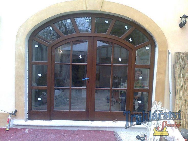 Dveřní stěna, vstupní, oblouková, prosklená, dvoukřídlá, dubová, nátěr lazurou
