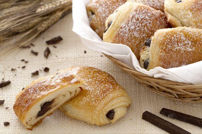 I saccottini, o pain au chocolat, sono morbide brioche della pasticceria francese, ripiene con cioccolato, ideali per una dolce colazione!