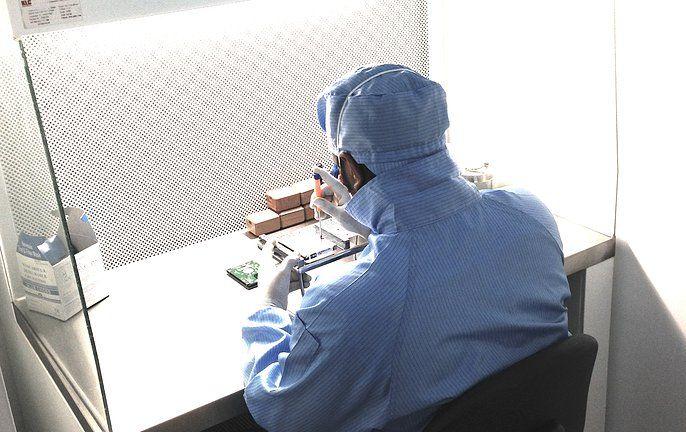 Ingeniero en Recuperación de Datos haciendo un trabajo interno de sustitución de cabezas de lectura a un disco duro.