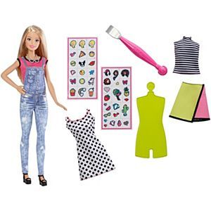 Esta nueva barbie muy bonita trae stikers para pegarlos en la ropa de ella trae 3 tipos de ropa muy bonitos y lo mejor a un precio espectacular.  http://shop.mattel.com