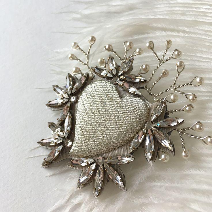 Craquez pour la broche ex-voto Coeur, baroque et précieuse...- fil argent DMC - strass en cristal Swarovski - couronne de perles couleur nacre- dessous cuir - entièrement brodé à la mai...