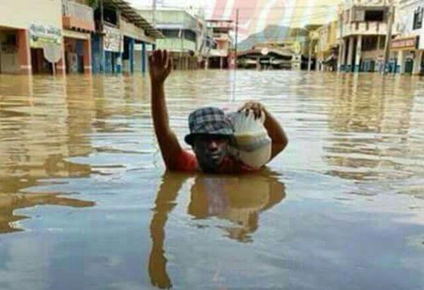 Galera esse rapaz esta desabrigado depois da chuva que caiu quem tiver um bom coração  que ajude ele pq eu sou ruim nao vou ajudar não!!!!