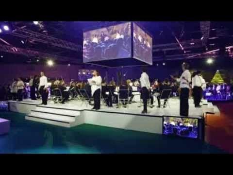 """3000 chefs d'entreprises chantant l""""'Hymne à la joie""""  3000 CHORISTES Final de la plénière avec un orchestre symphonique et 3000 chefs d'entreprises chantant l""""'Hymne à la joie""""..."""
