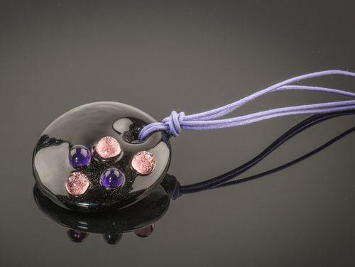 Hanger van zwart Venetiaans glas, de bolletjes zijn van paars en lila glas met een blaadje zilver erin verwerkt waardoor het dauwdruppels lijken.