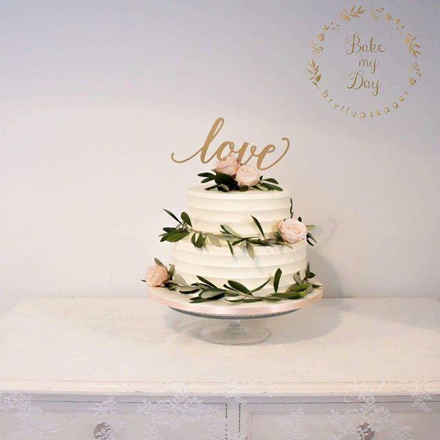 En smuk rustik smørcreme bryllupskage med friske blomster og blade fra @beringflowers 👌👏💞 #københavnskage #københavn #amager #amagerkage #bryllupskage #bryllup #bryllup2017 #rustikbryllup #bröllop #bryllupsinspiration #smørecremekage #bakemyday