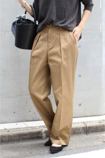 チノパンは40代ファッションの強い味方。カジュアルテイストで通勤にもプライベートにも大活躍アイテムです。
