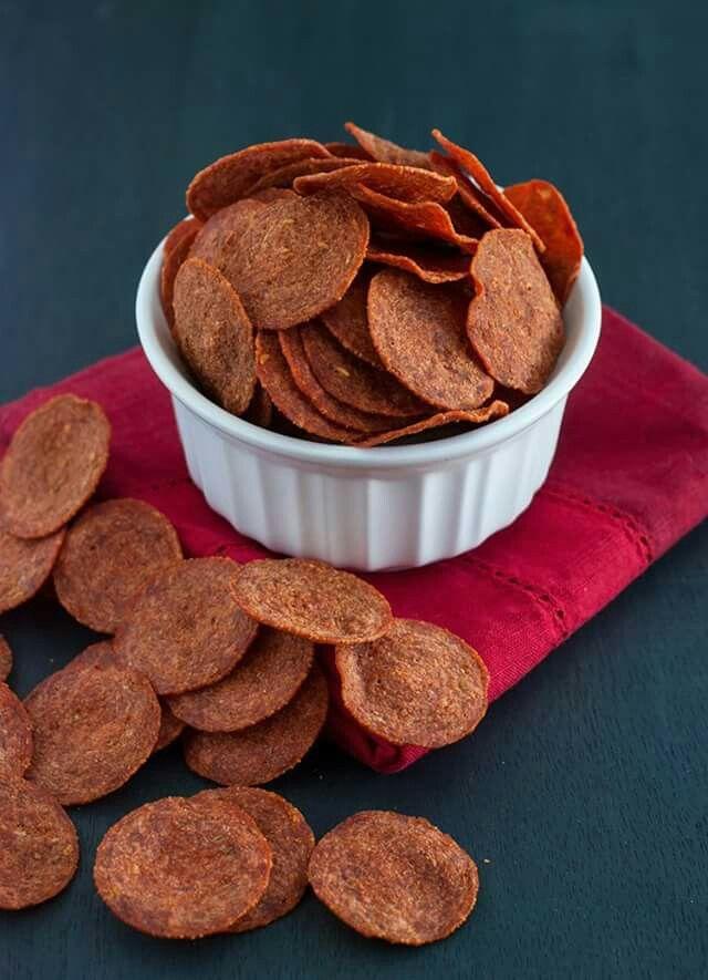 Salami-chips Snijd in dunne plakjes. Leg tussen keukenpapier. Verwarm in de magnetron totdat ze krokant zijn (ongeveer een minuut). Portie: 17 stuks