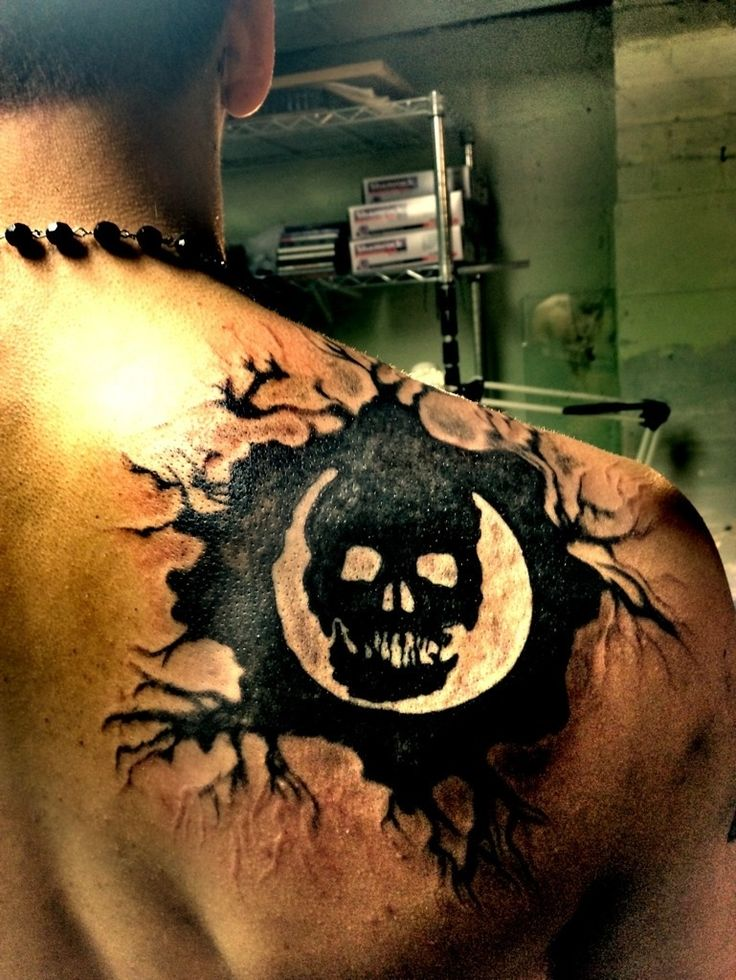 "Probably one of the greatest GoW tattoo's I have ever seen. I would love to find this artist. ""Fan gets Omen Gears of war 3 back Tattoo"""
