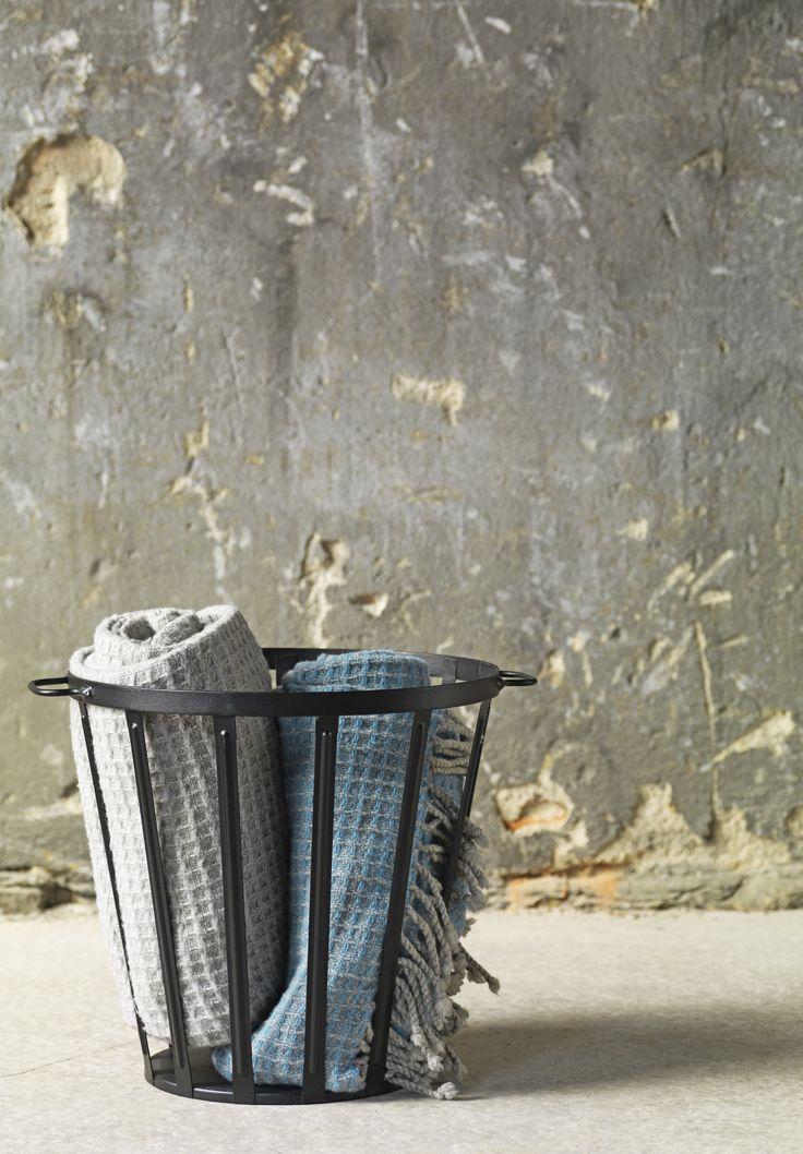 Entdecke VÄSSAD - unsere neue limitierte Kollektion. Ob Plaids, Körbe, Stühle oder der neue Lieblingsteppich. Hier ist für jedes Zuhause etwas passendes dabei.