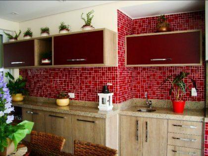 cozinha com pastilhas vermelhas no acabamento