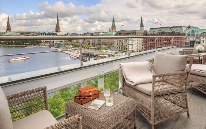 Fairmont Hotel Vier Jahreszeiten – das ultimative Luxus Hotel in Hamburg. See more: http://brabbucontract.com/ terrace
