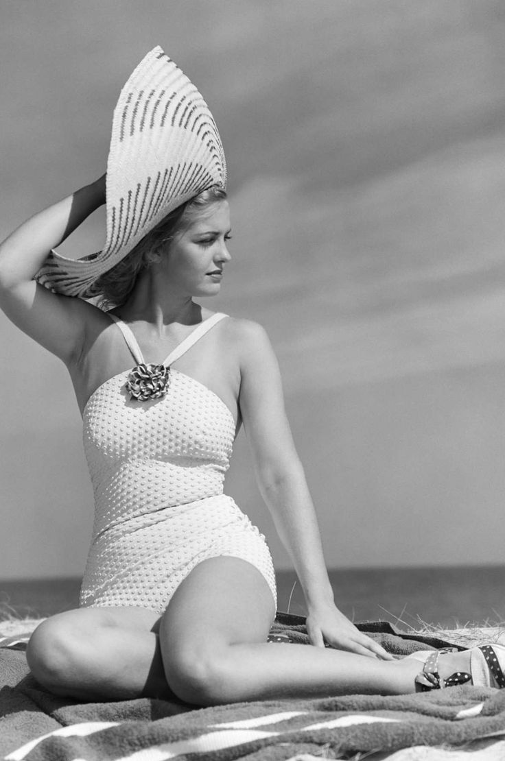 Girl in swimsuit photographed by H. Armstrong Roberts, 1950's.  Beautiful girl, beautiful, NATURAL, proportions