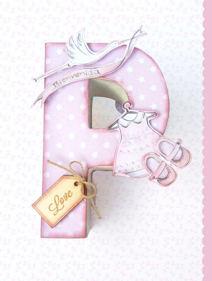 Letra de cartón pintada y decorada con scrapbook en tonos rosa pastel.