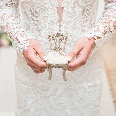 Mini chaise porte-alliances mariage original