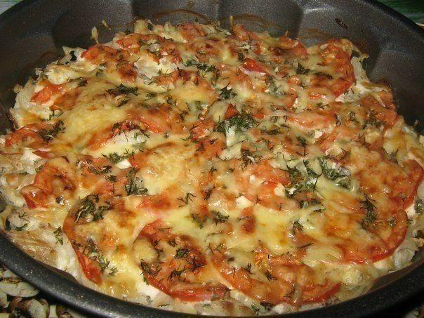 Рыба запечённая с помидорами и сыром    *90 ккал на 100 гр*    Рецепт из разряда: быстро и вкусно!    Ингредиенты:    филе не жирной рыбы (у меня треска) 600-700 гр.  помидор 1 шт.  сметана 3-4 ст.л.  чеснок 3-4 зубч.  зелень свежая по вкусу (я добавила укроп)  соль,перец  сыр твёрдый 50-70 гр.    Приготовление:    Рыбу нарезать на не большие кусочки, посолить, поперчить. Выложить рыбу в форму для запекания. Посыпать мелко нарубленным чесноком. Сверху смазать сметаной. Помидор тонко нарезать…