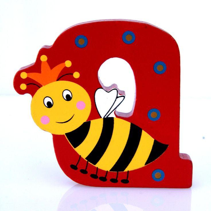 Simpatica lettera Q in Legno con l'aspetto di un'Ape Regina, per decorare e rendere più bella la cameretta componendo nomi, frasi. Sono disponibili tutte le lettere dell'alfabeto  Può essere appoggiata su una mensola oppure si puo' fissare con colla o biadesivo o possono anche essere utilizzate per giocare.  Dimensioni cm 8 x 7 x 1  Materiale: Legno.   I colori possono cambiare in base alle disponibilita'