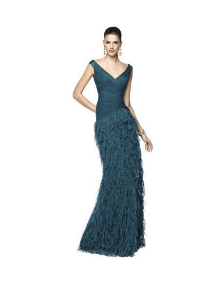 Vestido NILA en azul verdoso con escote en v y falda de plumas.
