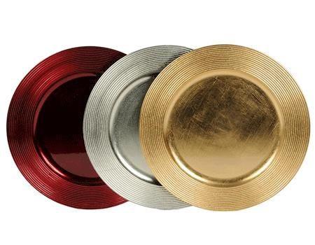Metallic kaarsen onderbord 33 cm. Plastic kaarsen onderbord in diverse metallic kleuren. Het bord heeft een doorsnede van 33 cm en heeft een decoratieve streep op de buitenste rand. Een prachtige decoratie voor tijdens de feestdagen.