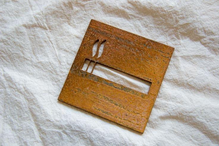"""Tabliczka """"miejsce dla palących"""" ze stali Corten ( zdjęcie wykonane po dwóch miesiącach patynowania )"""