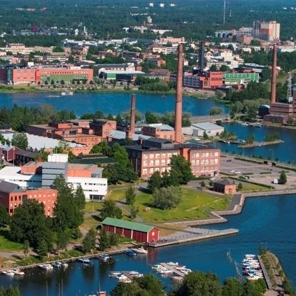 Vaasa sijaitsee Rannikko-Suomessa. Kaupungin asukasluku on 66 405, joista suomenkielisiä on 70,6 %, ruotsinkielisiä 22,6 % sekä muita 6,8 %.  Merenkurkku on Vaasan kohdalla kapeimmillaan, ja Uumajaan on matkaa vain noin 80 kilometriä, joka on lyhin laivayhteys Pohjanlahden yli. Kirjoittanut Nikke