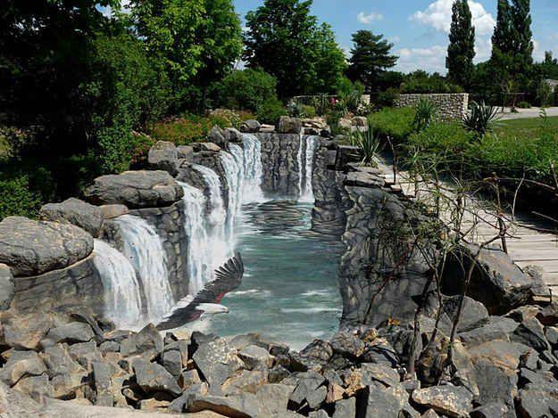 Uma cachoeira num zoológico da República Checa.