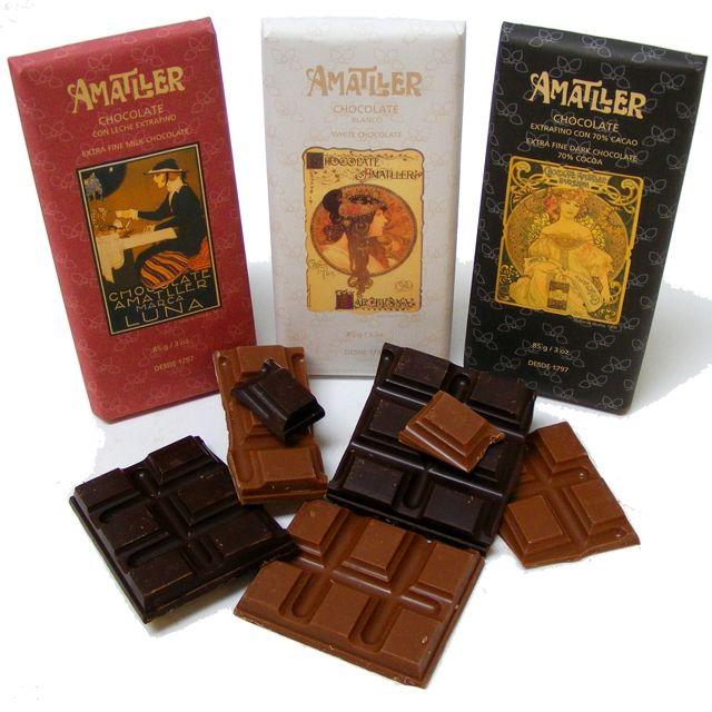 """Până la sfârsitul anilor 1950, cele mai multe dintre reclamele companiei lăudau virtutile unei ceşti de ciocolată caldă ca fiind micul dejun ideal, aşa cum se vede în expresia """"O ceaşcă de ciocolată Amatller valorează greutatea sa în aur""""."""
