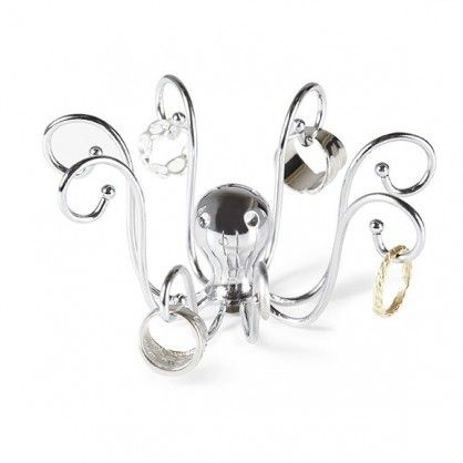 Szykujesz się na uroczystą kolację i nie możesz znaleźć swojego ulubionego pierścionka? Unikniesz takich sytuacji zaopatrując się w designerski stojak na biżuterię Octopus. Chromowany miniwieszak postawisz w dogodnym dla Ciebie miejscu, dzięki czemu ulubioną biżuterię będziesz mieć zawsze w zasięgu ręki. Octopus to także świetny pomysł na drobny upominek.