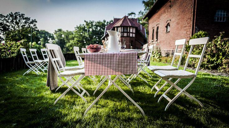 śniadanie w ogrodzie przy Kuźni