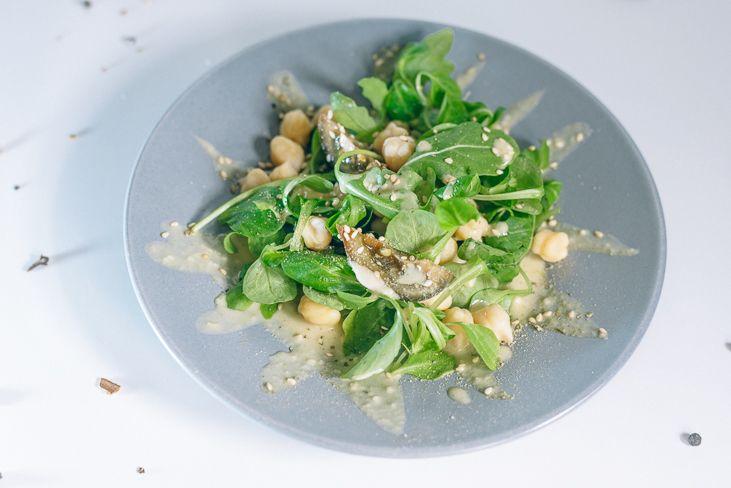 Сегодня в посте рецепт салата с любимым турецким горохом нутом (мы любим блюда из нута и уже публиковали в блоге рецепт нутовых блинов), который отлично сочетается с заправкой из кунжутной пасты тахини. Этот простой салат с горохом нут сможет украсить любой стол, он отлично подойдет и для обеда, и для перекуса. С подачей можно экспериментировать и предлагать салат как в теплом, так и в холодном виде.