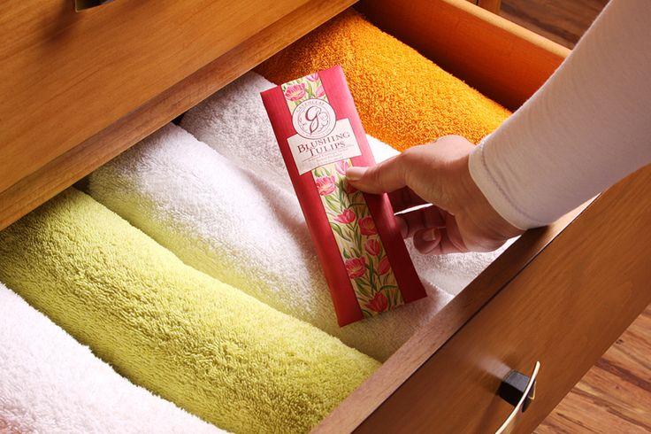 Todo o mundo gosta de abrir uma gaveta de roupa e sentir um aroma bem agradável! Confira as nossas soluções! #roupa #armários #saches