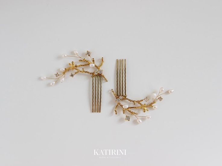 ⠀⠀⠀⠀• Г Р Е Б Е Н Ь • ⠀ Комплект маленьких гребешков с натуральным жемчугом и стазами. ⠀ #KATIRINI - в наличии 3.000₽ ⠀…