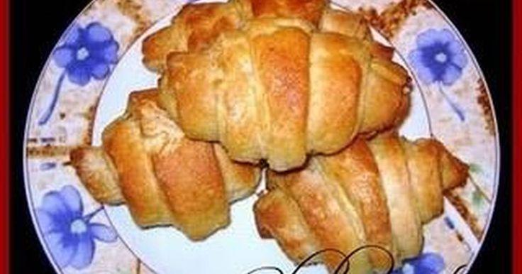 Εξαιρετική συνταγή για Κρουασάν σφολιάτα (βουτύρου). Υπέροχα κρουασανάκια που μοσχοβολούν φρέσκο βούτυρο, φτιαγμένα απ τα χεράκια μας. Λίγη μπελαλίδικη διαδικασία αλλά πιστέψτε με το αποτέλεσμα θα σας αποζημιώσει!!!! Recipe by elenikolas