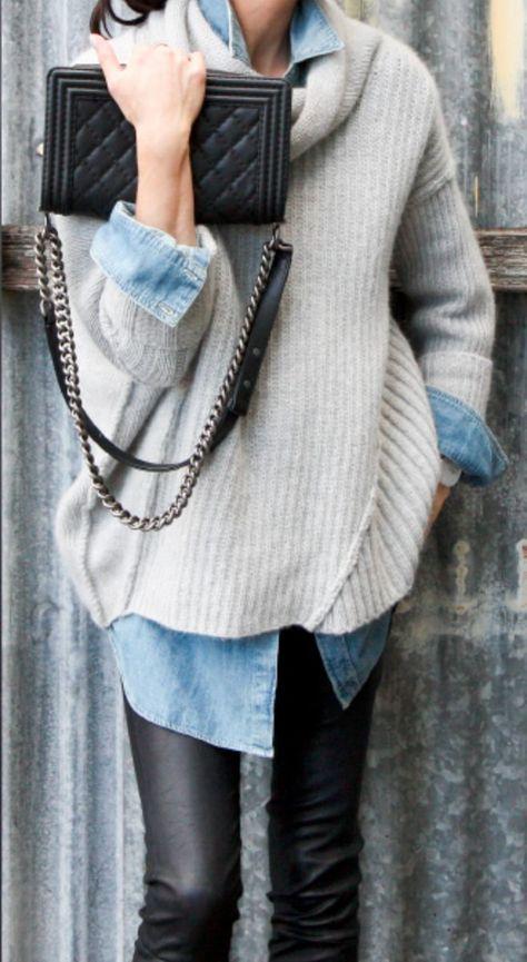 hellbeige Oversize Pullover, hellblaues Jeanshemd, schwarze Leder enge Jeans, schwarze gesteppte Leder Umhäng