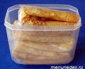 Замороженные блинчики с разными начинками в пищевой пленке и контейнере