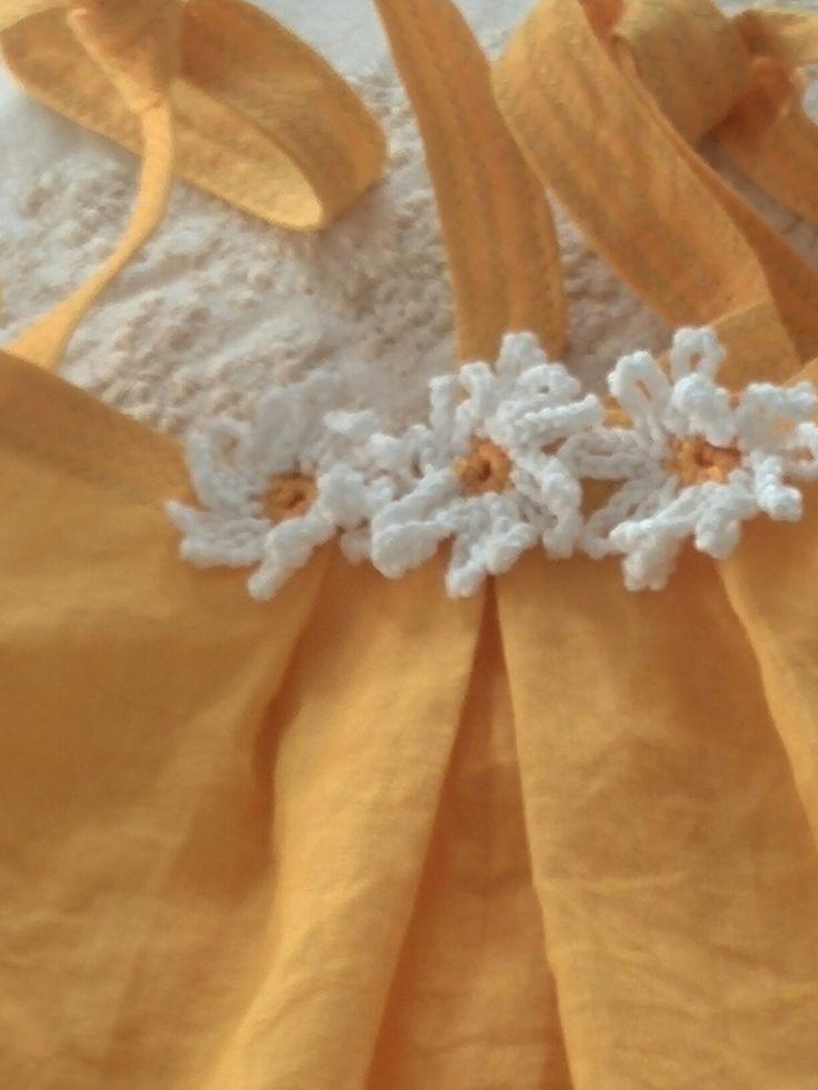 particolare di abitino di lino margherite a uncinetto