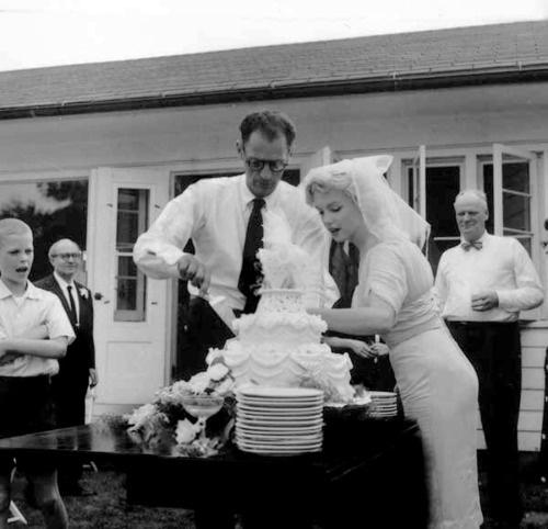 Marilyn Monroe y Arthur Miller en su boda 31 de junio de 1956.