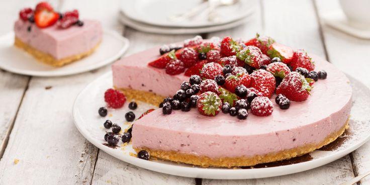 Hyydytetty jogurtti-marjakakku. Berry Joghurt Cake. Styling: Kati Pohja, Photo: Ilkka Hietala. Client: Lidl Finland.