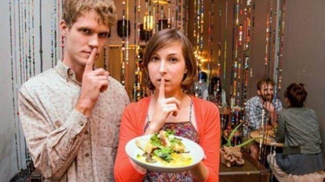 V newyorskej reštaurácii je zakázané rozprávať sa