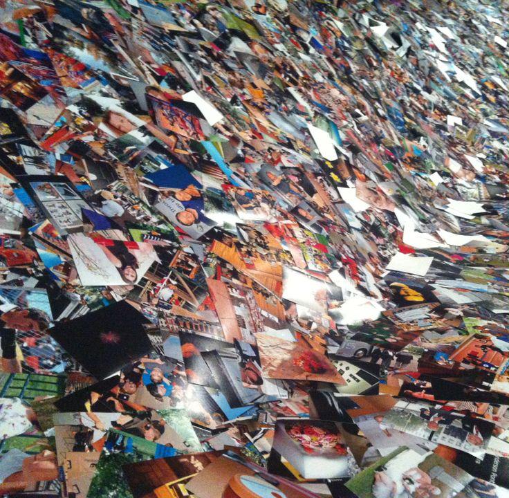 Montaña de Fotografias impresas con imagenes extraidas de las redes sociales - Expo Big Bang Data Centre de Cultura Contemporània de Barcelona (CCCB) en Barcelona, Cataluña