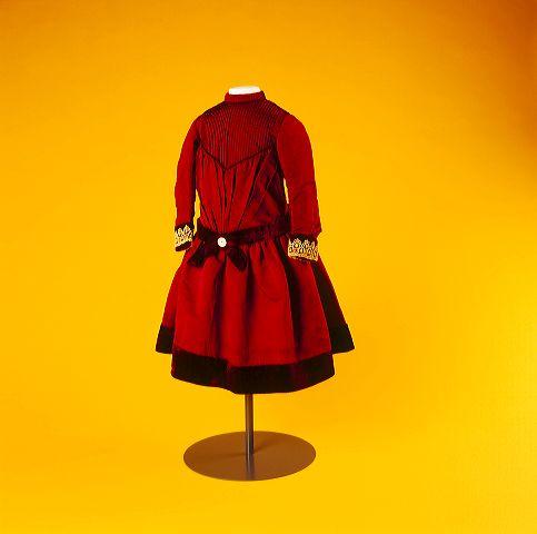 #modeblog: Kleine dametjes! Leonie Sterenborg, conservator mode en kostuum, over meisjeskleding in de negentiende eeuw: http://modemuze.nl/blog/meisjeskleding-een-rode-jurk