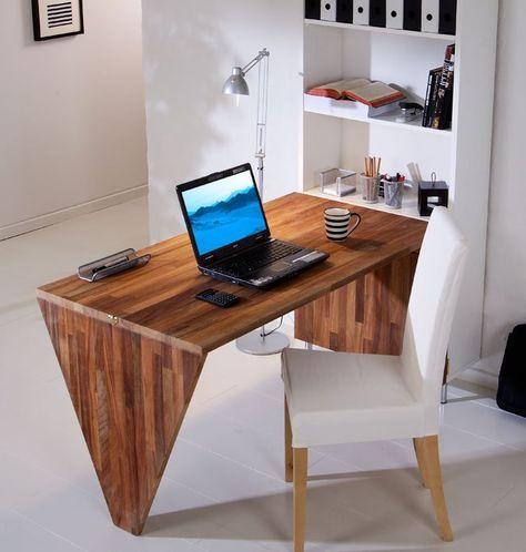 Una scrivania da parete risolve il problema di un tavolo d'emergenza, sempre pronto all'uso e, quando non serve, si ribalta chiudendo la libreria