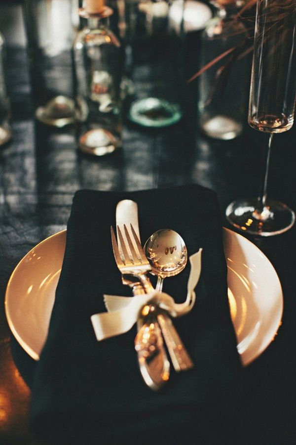 a very chic tablescape, nice for a glamourous girly dinnerparty or a new years dinner via dustjacket attic