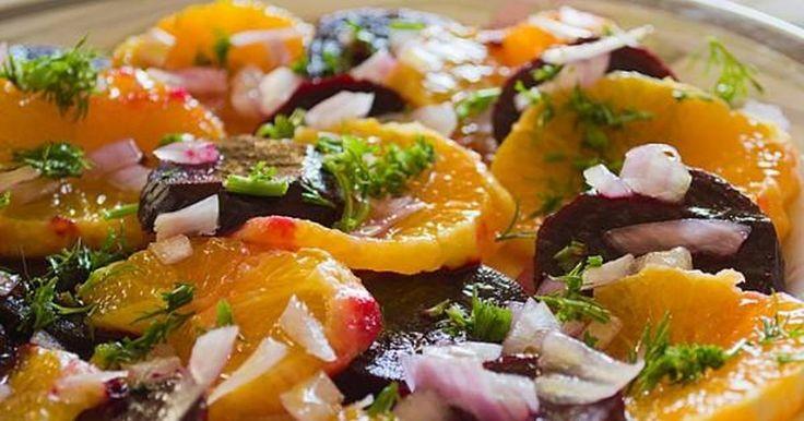 Εξαιρετική συνταγή για Δροσερή σαλάτα με παντζάρι και πορτοκάλι. Αν βαρεθήκατε τη γνωστή βραστή εκδοχή της πατζαροσαλάτας, αυτή θα σας ενθουσιάσει. Λίγα μυστικά ακόμα Τη συνταγή βρήκα εδώ , αλλά αντικατέστησα τον μαϊντανό με άνηθο. Πιστεύω πως ταιριάζει καλύτερα.