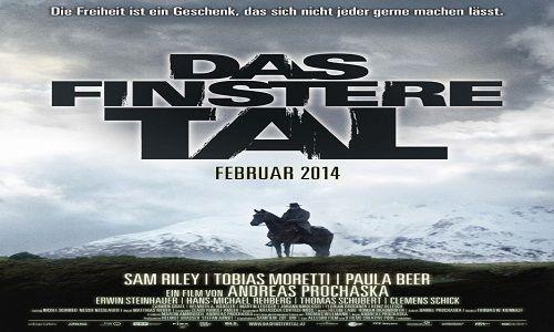 The Dark Valley | Melalui jalur tersembunyi pembalap tunggal mencapai sebuah kota kecil yang tinggi di Alpes. Tidak ada yang tahu di mana orang asing itu berasal dari, atau apa yang dia inginkan di...
