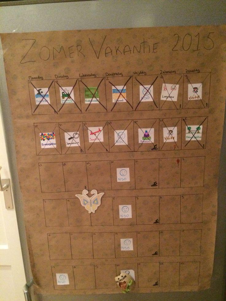 Vakantiekalender! Een zelfgemaakte kalender voor de zomervakantie en stickers met allerlei leuke activiteiten. De activiteiten kunnen van alles zijn en kan je samen met de kinderen bedenken. Elke dag kan je een nieuwe sticker uitkiezen. Verjaardagen, zwemles en dagen dat pappa thuis is staan met speciale pictogrammen op de kalender getekend. Eenvoudig zelf te maken op een regenachtige dag met wat inpakpapier, etiketten en stiften. #DIY #zomervakantie #artsandcrafts #kids