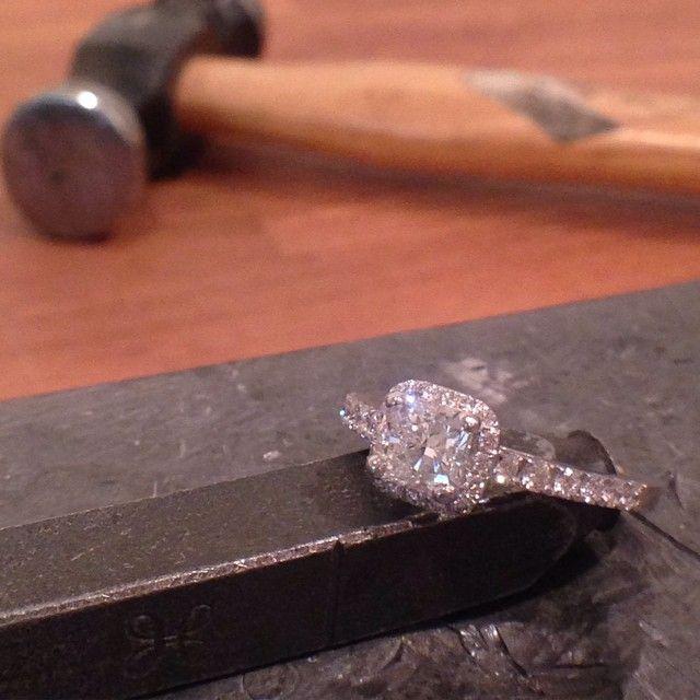 """""""Haloring i vitguld 18k med radiant och brilliantslipade diamanter Vi tillverkar vigsel och förlovningsringar efter egen design och dina önskemål…"""""""