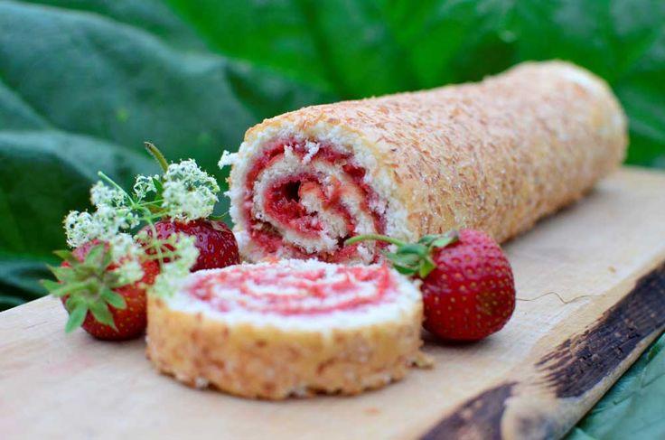 Kokos, rabarber och jordgubbar. Underbara smaker i en riktigt härlig rulltårta…